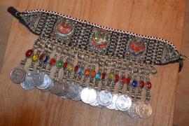 Tribal halsketting H - dubbele halve manen, gekleurde stenen in de franje en grote munten