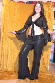 Zwarte jerseybroek, glimmende stof, met een aangezette heupsjaal