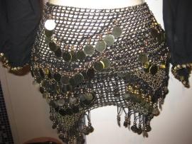 G03 Gehaakte sjaal met versieringen van goudkleurige pailletten