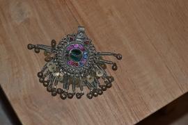 Tribal ornament - rond. Kleine, gekleurde stenen, belletjes rondom
