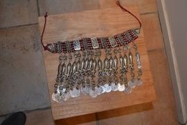 Tribal halsketting D - Visjes met bewerkte medaillons op rode stof