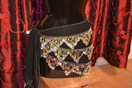 RP04 Heupsjaal met piramides van gekleurde pegels met munten. Sjaal is in diverse kleuren te bestellen.