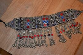 Tribal halsketting G - medaillons met rode en blauwe stenen en in de franje stenen
