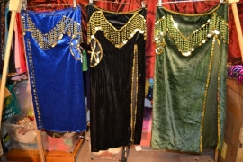 Fluwelen rok, strak, 1 split, muntversiering. Diverse kleuren