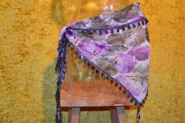 D26A Driehoeksjaal, batik met oliekleurkralen rand