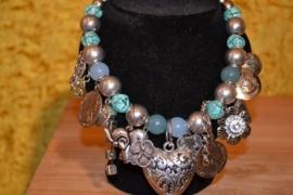 Halsketting, turquoisekleur met metalen kralen en grote bedels
