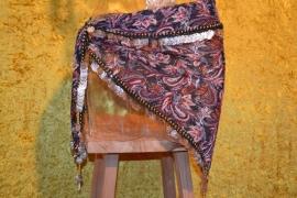 D29A Driehoeksjaal met paisley batikmotief rondom afgezet met goudkleurige munten en bolletjes, extra bolletjesfranje.