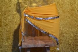D29 Driehoeksjaal afgezet met zilverkleurige munten en bolletjes. Sjaal is in diverse kleuren te bestellen.