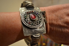 Tribal armband - Gekleurde stenen, bewerkt