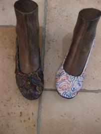 Schoenen geborduurd diverse kleuren met een rubberen zool en een klein hakje.