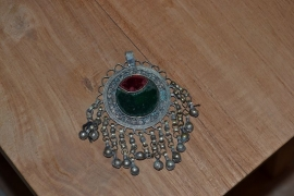Tribal ornament - rond. Rood/groen, belletjes rondom