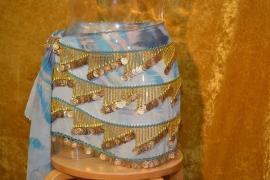 RA08A Heupsjaal met schuine rijen bolletjes en munten, gebatikte stof. Diverse kleuren en tinten