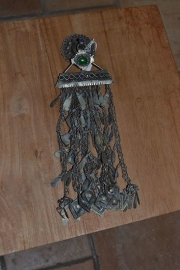 Tribal ornament - knop met steen, rechthoek en lange franjes