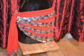 RR10 Heupsjaal met in de rijen een mix van zilverkleurige munten en pailletten. De sjaal is in diverse kleuren te bestellen.