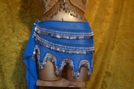 RR05 Heupsjaal met rijen zilverkleurige munten en pegels, golfrandzoom. Sjaal is in diverse kleuren te bestellen.