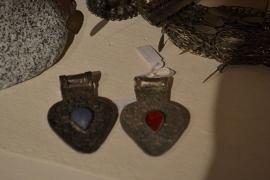 Tribal ornament - hartdruppel. Mooi bewerkt met steen