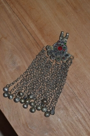 Tribal ornament - rond met stralen. Kleine, gekleurde stenen, kettingfranjes met belletjes