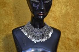 Tribal halsketting C met zilveren kettingen en plaatjes op blauwe stof