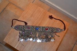 Tribal halsketting E - halve manen met oneindigheidsteken, gekleurde stenen en ovalen aan zijkant