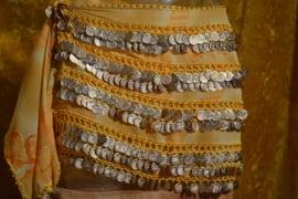 RR12 Heupsjaal met rijen goudkleurige munten. Sjaal is in diverse kleuren te bestellen.