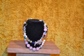Ketting, 2 rijen, mix roze kralen met andere kralen en parelmoer