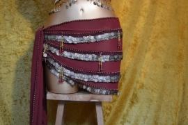 RR19 Bordeaux heupsjaal met rijen goudkleurge munten en kralenfranjes - Xlarge