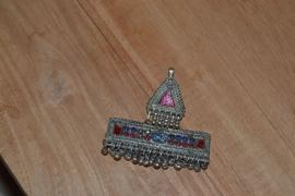 Tribal ornament - Driehoek met rechthoek. Belletjes