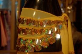 RR11A Heupsjaal met kleine en grote goudkleurige pailletten. Sjaal is in diverse kleuren te bestellen.