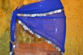 D34 Driehoek heupsjaal afgezet met zilverkleurige munten. Sjaal is in diverse kleuren te krijgen.