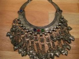 Tribal choker B met 3 stenen en kettingen met druppels