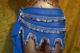 RR05 Turquoise heupsjaal met golfrand en rijen zilverkleurige pegels en munten - Large