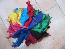 D26 Driehoek sjaal met kralenrand in dezelfde kleur. Sjaal is in meerdere kleuren te bestellen.
