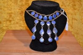 Halsketting, lapis lazuli stenen. Ronde bij de hals, druppels en rond aan de ketting