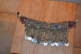 Tribal halsketting A - halve manen, gekleurde stenen en Isiswings aan zijkant