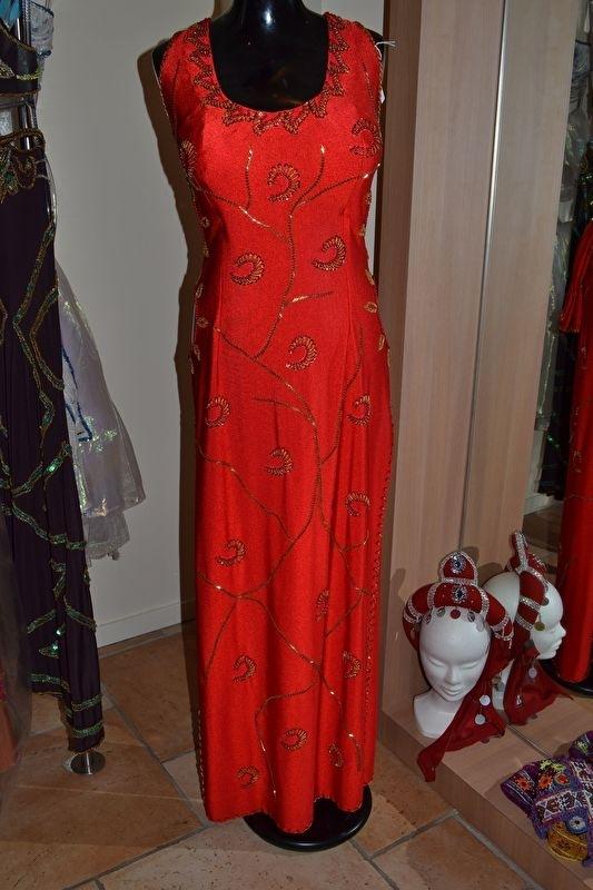 Rode jurk met goudkleurige versiering - open inzetten