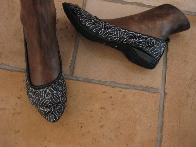 Schoenen geborduurd met een zachte zool en een klein hakje