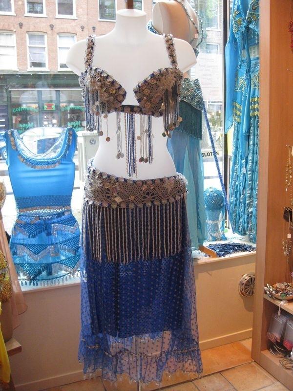 Set van bh met heupriem en rok er aan vast. Blauw met kant