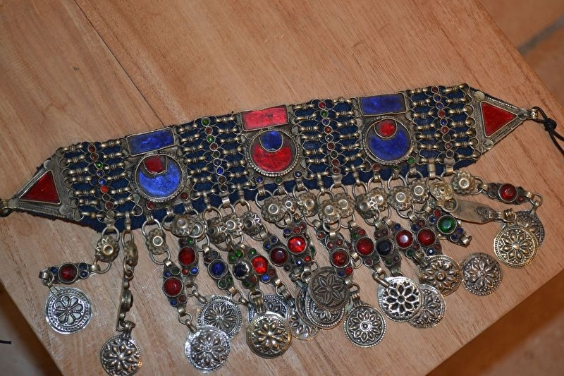 Tribal halsketting I - Ronde zonnen in blauw en rood, gekleurde stenen in de franje en munten