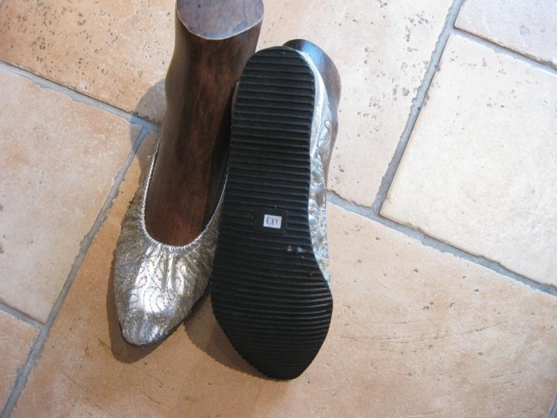 Schoenen goud- of zilverkleur met een rubberen zool en een klein hakje. Ook met borduursel te krijgen