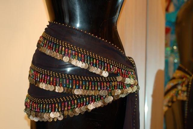 RR06 Heupsjaal met gekleurde pegels en goudkleurige munten. Sjaal is in diverse kleuren te bestellen.