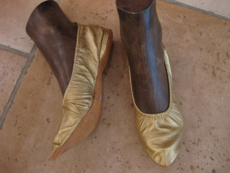 Schoenen goud- of zilverkleur met een zachte zool en een klein hakje