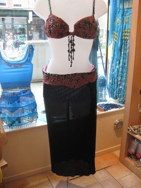 Set van bh met heupriem en rok er aan vast. Roze met zwarte rok.