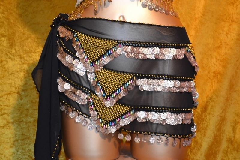 RP03 Heupsjaal met rijen goudkleurige munten en piramides van bolletjes en gekleurde pegels. Sjaal is in diverse kleuren te bestellen.
