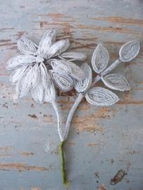 Frans bloemornamentje van glaskralen SOLD