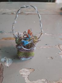 Oude antieke kerstbal / bloemenmandje