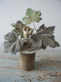 Frans bloempotje met zinken blaadje en biscuit bloemen SOLD
