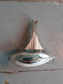 Oude antieke kerstbal bootje