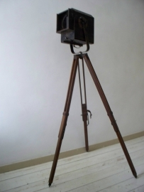 Industriele theaterlamp op houten statief  SOLD