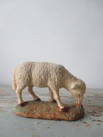 Oud schaapje van gips met chenille / flok SOLD