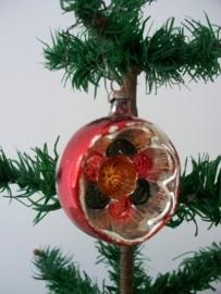 Oude antieke kerstbal / deukbal
